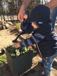 Emil gießt Blumen