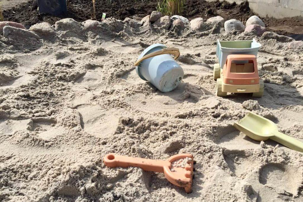 Naturnahe Sandkiste bauen