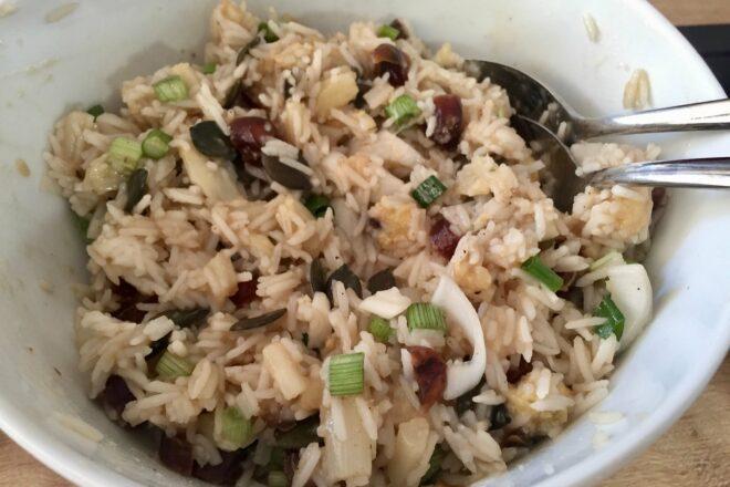 Reissalat mir Spargel und Datteln