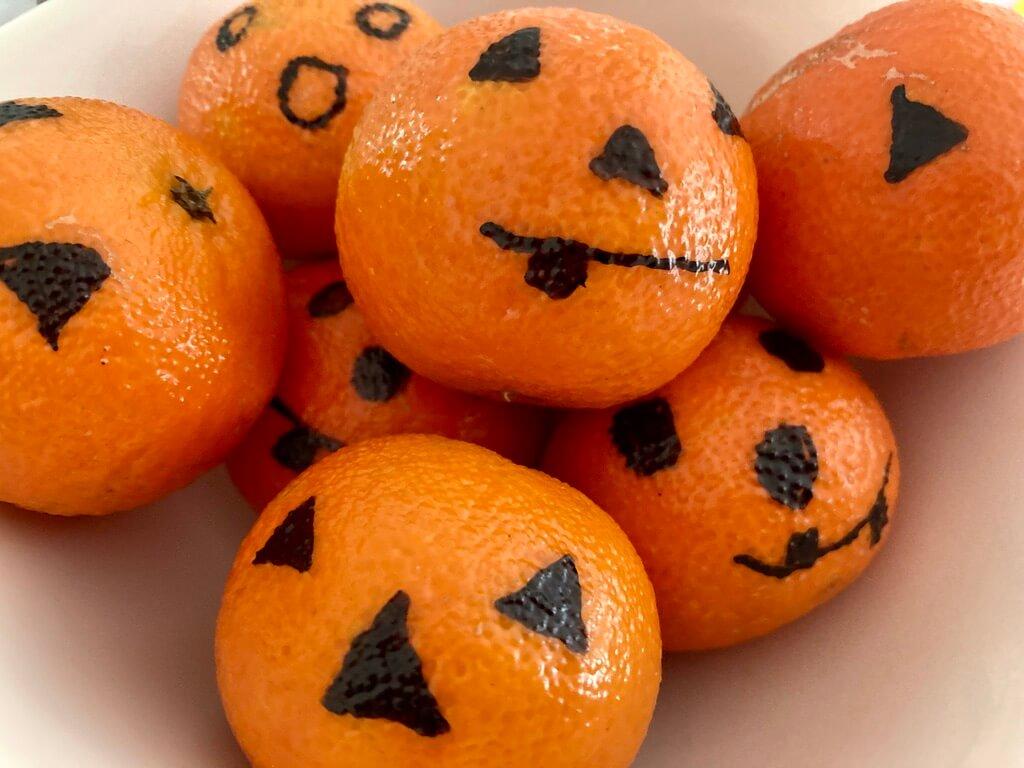 Mandarinen mit Halloween Gesichtern