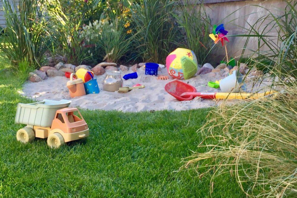 Naturnahe Sandkiste im Familiengarten