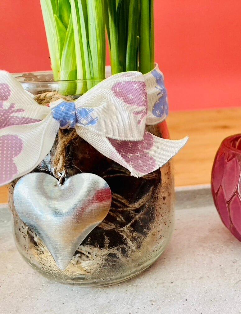 Frühjahrsblumen im Marmeladenglas