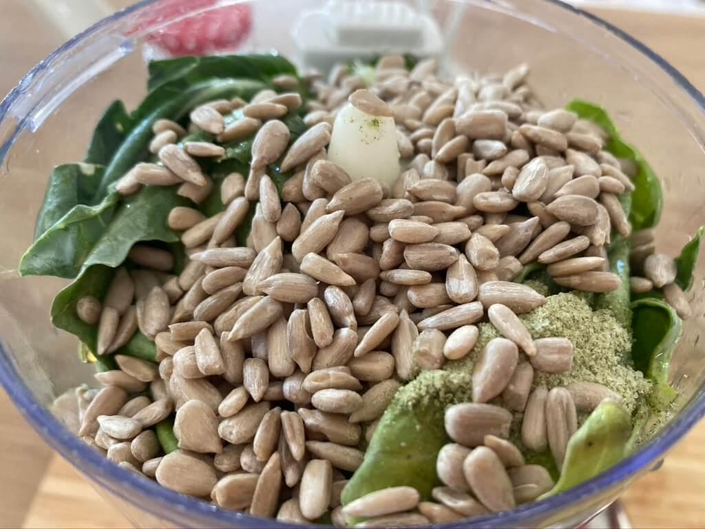 Kohlrabiblätter-Pesto schnell und einfach zubereitet