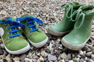 Herbst Kleidung für Kleinkind festes Schuhwerk und Gummistiefel dürfen nicht fehlen