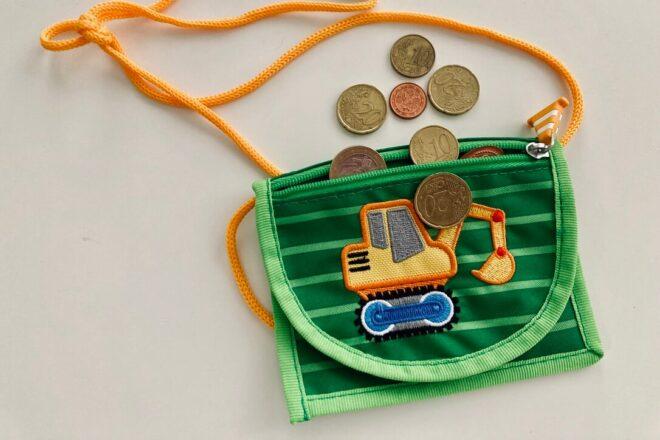Kleinkind und der Umgang mit Geld - 3 Ideen, um es im echten Leben zu lernen